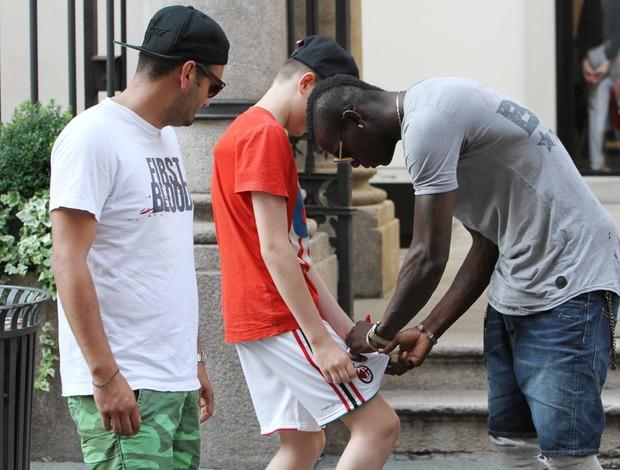 Balotelli é parado por fãs em Milão (Foto: Splash News)
