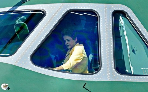 A presidente Dilma Rousseff em avião da FAB (Foto: José Cruz/ Agência Brasil)