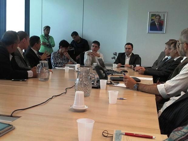 Secretário estadual Fausto Pereira e o prefeito de Divinópolis (ambos ao centro), Vladimir Azevedo, debatem questões sobre hospital (Foto: Gláucia Sbampato/Arquivo pessoal)