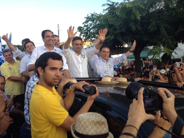 Aécio Neves em carreata, ao lado do governador de Pernambuco, João Lyra Neto, e do governador eleito, Paulo Câmara. (Foto: Anna Tiago / G1)