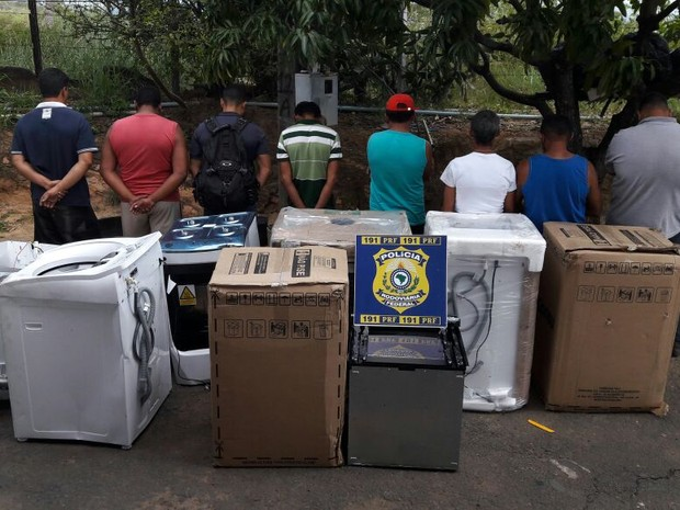 Homens são presos com carga saqueada de caminhão envolvido em acidente (Foto: PRF/Divulgação)