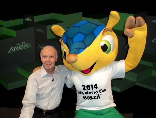 Mário Jorge Lobo Zagallo e Fuleco, mascote da Copa do Mundo de 2014 (Foto: Paola Loewe/SporTV.com)