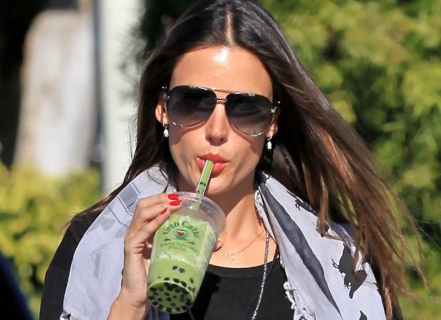 Ambrosio devorando seu suco verde (Foto: Arquivo QUEM)