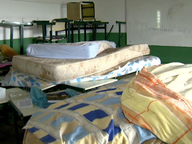Colchões permanecem em escola de Americana que ainda não foi desocupada por alunos (Foto: Reprodução / EPTV)