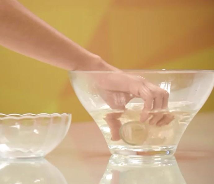 Limpar copo com vinagre pode ser a solução para deixá-lo brilhando! Assista (Foto: Reprodução)