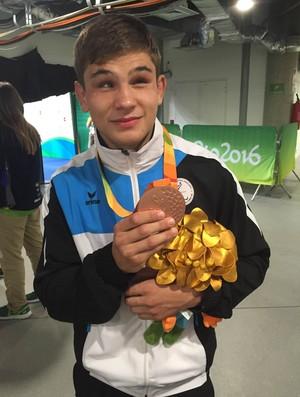 Descrição da imagem: Alex Bologa festeja bronze no Rio (Foto: João Gabriel Rodrigues)