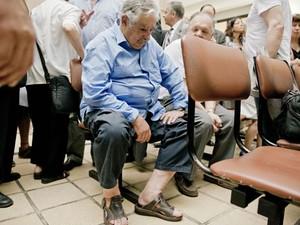 O presidente uruguaio, José Mujica, aguarda o início da cerimônia de posse do novo ministro das Finanças do país em Montevideo, nesta quinta-feira (26) (Foto: Matilde Campodonico/AP)