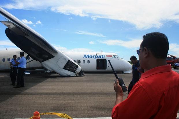 Avião após pouso de emergência nesta segunda-feira (10) em Kupang, na Indonésia (Foto: AFP)