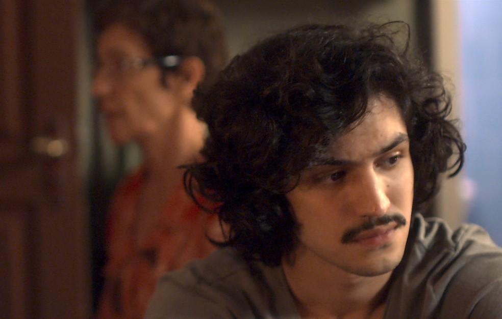 Vera lança um olhar de reprovação em Gustavo, mas aconselha o filho (Foto: TV Globo)