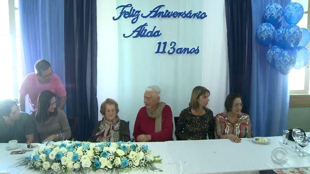 Alida festejou 113 anos com amigos e familiares (Foto: Reprodução/RBS TV)