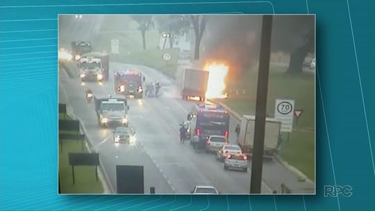 Cabine de caminhão é destruída pelo fogo em trecho da BR-277, no Paraná