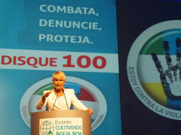 Xuxa lançou nesta sexta-feira (22) em Foz do Iguaçu (PR) a Campanha Trinacional de Combate à Exploração Sexual contra Crianças e Adolescentes (Foto: Fabiula Wurmeister / G1)