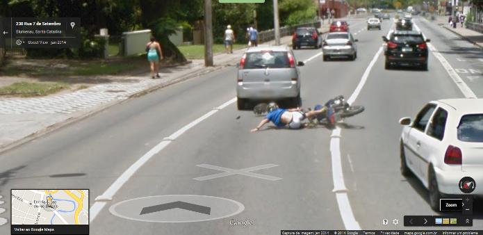 O Google Street View flagrou uma motocicleta se chocando com um carro em Blumenau, em Santa Catarina (Foto: Reprodução/Google)