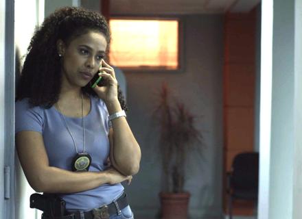 Nina liga para Athaíde e dá informações sobre Maria Pia