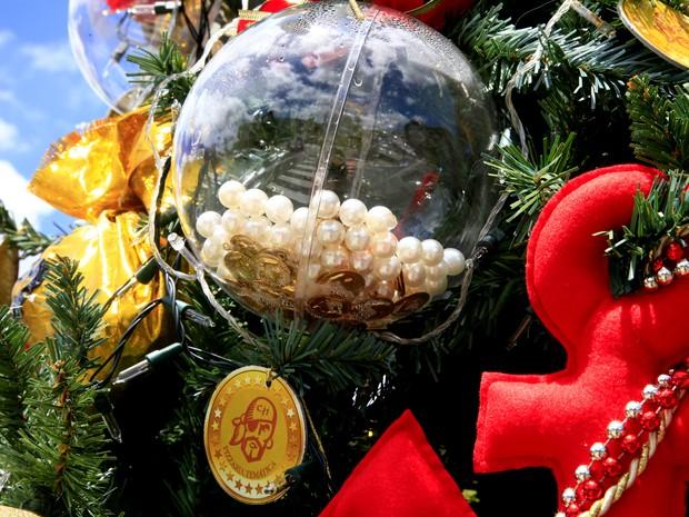 Âncoras de navio em miniatura e tesouros foram usados na decoração da árvore (Foto: Cleiton Thiele/Divulgação)