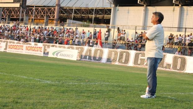 Aníbal Lemos na beira do campo pelo River-PI (Foto: Náyra Macêdo)
