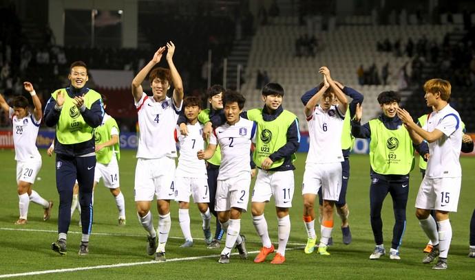 Sul-coreanos comemoram vitória sobre Catar e vaga para os Jogos do Rio 2016 (Foto: Reuters)