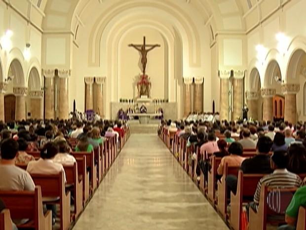 A Catedral de Sant'Anna  recebe centenas de pessoas para a missa de Quarta-feira de Cinzas (Foto: Reprodução/TV Diário)