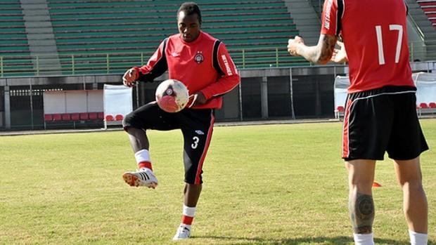 Zagueiro Manoel, do Atlético-PR (Foto: Gustavo Oliveira/Site Oficial do Atlético-PR)