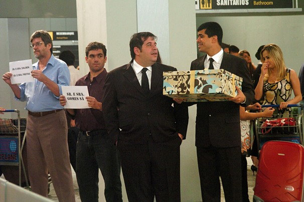 Pedrão (Marcius Melhem) vai buscar seu pai, que não vê há 20 anos, no aeroporto e tem uma grande surpresa (Foto: Globo)