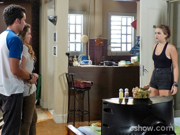 Anita chega e pega os dois juntos (Foto: Malhação / TV Globo)