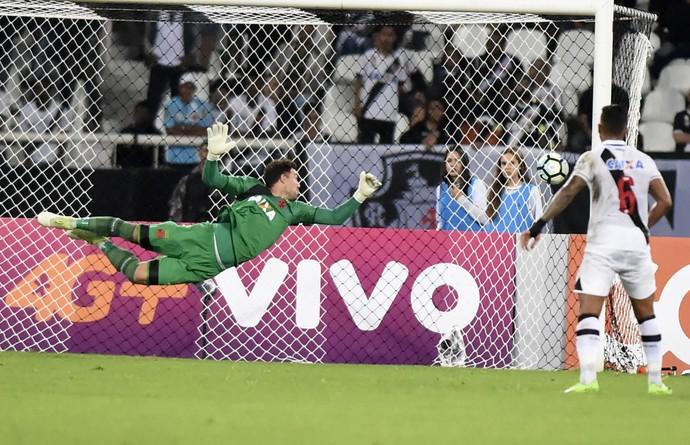 Martin Silva não alcança chute de Victor Luis em Botafogo x Vasco (Foto: André Durão)