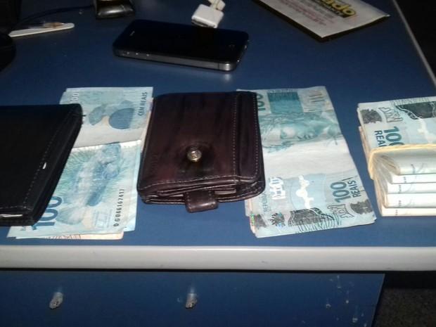 Dois são presos em MT com R$ 5 mil escondidos em câmbio de carro (Foto: Gefron/MT)