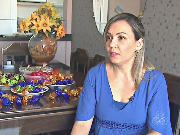 Irlane Freitas fazia doces apenas para confraternizar com amigas, mas dediciu vender as trufas e divulga nas redes sociais (Foto: Reprodução/Rede Amazônica Acre)