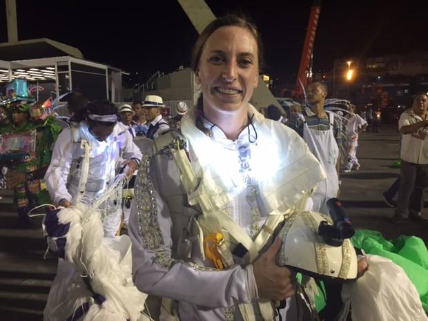 """""""É maravilhoso. E esse é o melhor jeito de ver o desfile, realmente vivenciando de cima e de dentro. Acho que a Portela merecia o primeiro lugar"""", disse Katie Hansen, uma das paraquedistas (Foto: Ana Ramalho/G1)"""
