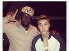 Justin Bieber posa com Wyclef Jean em estúdio