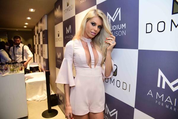 Caroline Bittencourt usa figurino ousado durante evento de moda
