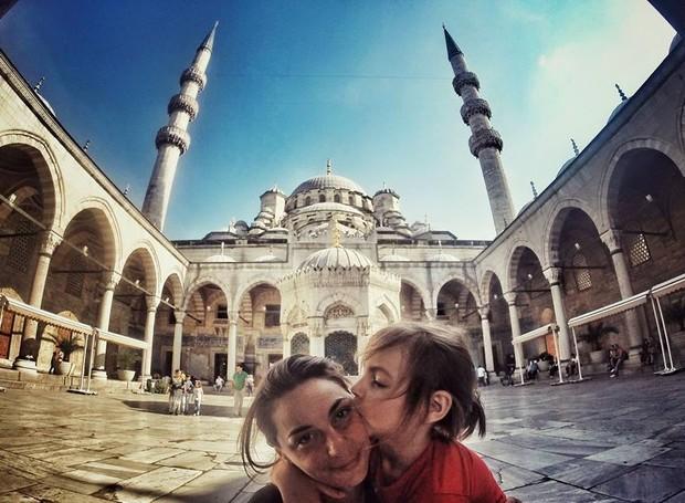 Vladimir e a mãe, em Istambul (Foto: Reprodução / Facebook)