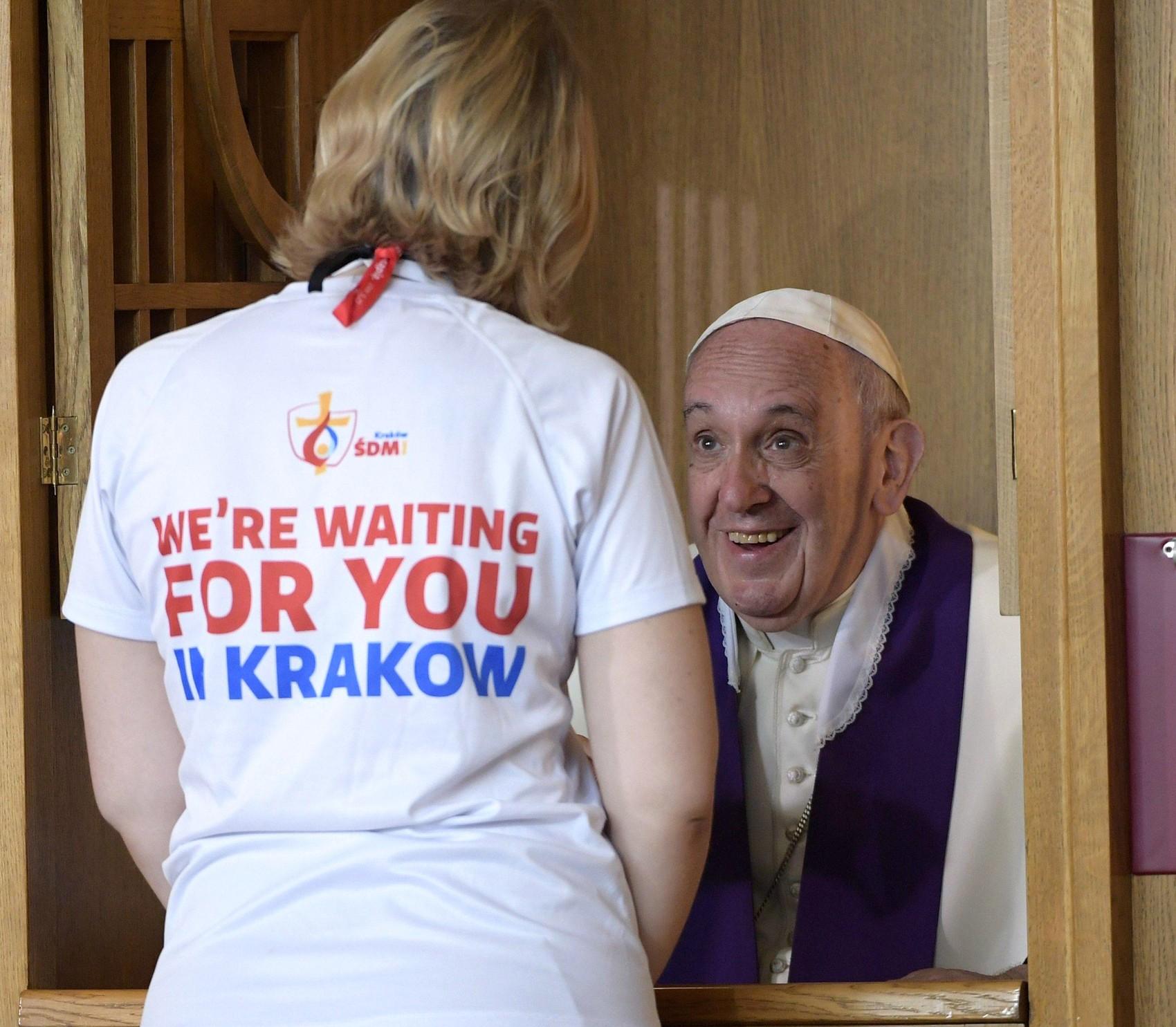 Papa Francisco confessa uma jovem no Santuário da Divida Misericórdia em Cracóvia neste sábado (30)  (Foto: L'Osservatore Romano/Pool Photo via AP)