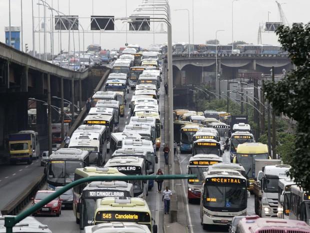 Motorista encontra trânsito carregado na chegada ao Rio pela Ponte Rio-Niterói (Foto: Ale Silva / Futura Press / Estadão Conteúdo)