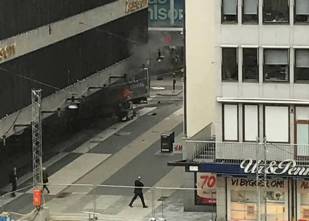 Veículo bateu em rua commercial do centro de Estocolmo, na Suécia, nesta sexta-feira (7)  (Foto: Agency/Andreas Schyman/ Reuters)