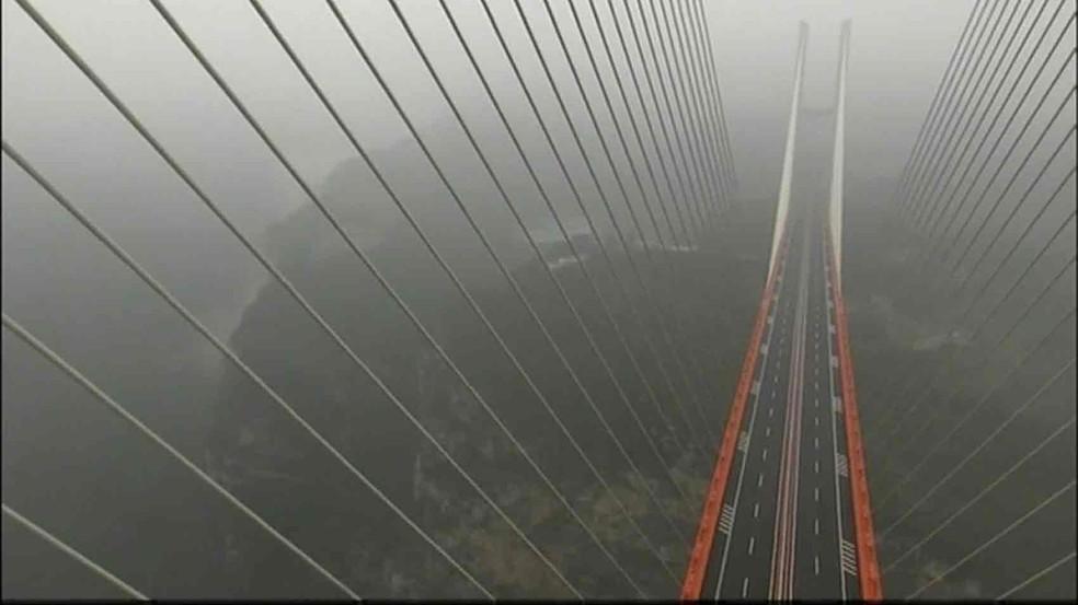 A ponte Beipanjiang, no sudoeste da China, fica a 565 metros do solo (Foto: Reprodução/BBC)