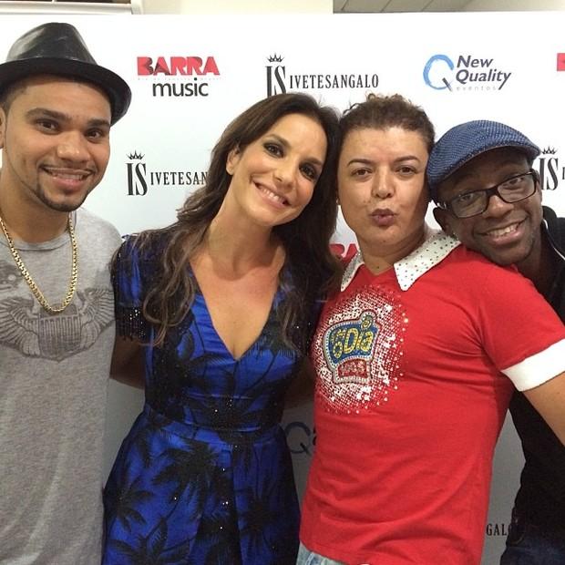 Naldo, Ivete Sangalo, David Brazil e Mumuzinho em bastidores de show no Rio (Foto: Instagram/ Reprodução)