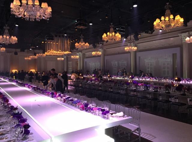 Os convidados foram acomodados em mesas de banquete de 30 metros (Foto: QUEM)