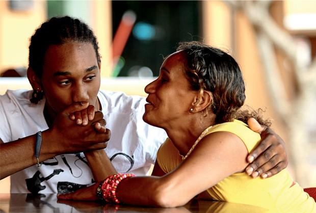 """REENCONTRO Welington com Vilma  da Silva Cruz, sua mãe biológica. """"Eu não tinha como protegê-lo. O pai o ameaçava""""  (Foto: Saul Schramm/ÉPOCA)"""