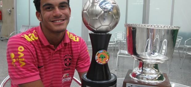 Mosquito com o troféu de artilheiro e de melhor jogador do Sul-Americano Sub-15 (Foto: Luna Vale/Globoesporte.com)