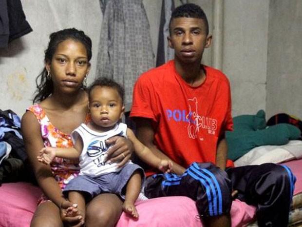 Jean Paul e família vivem debaixo de viaduto em SP (Foto: BBC)