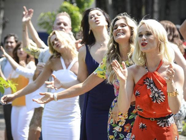 Mariana Ximenes, Flávia Alessandra, Cláudia Raia e Carolina Dieckmann nas gravações (Foto: Raphael Dias/ TV Globo)
