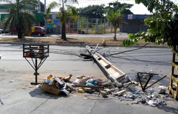 Motorista bateu e derrobou poste no Setor Pedro Ludovico, em Goiânia (Foto: Diomício Gomes/O Popular)