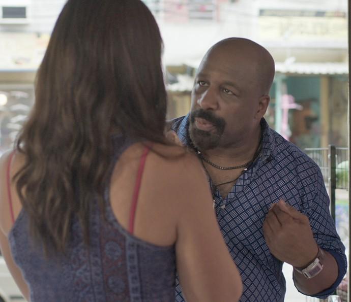 Florisval está certo que Maristela aprontou e procura a depiladora para tirar satisfações (Foto: TV Globo)