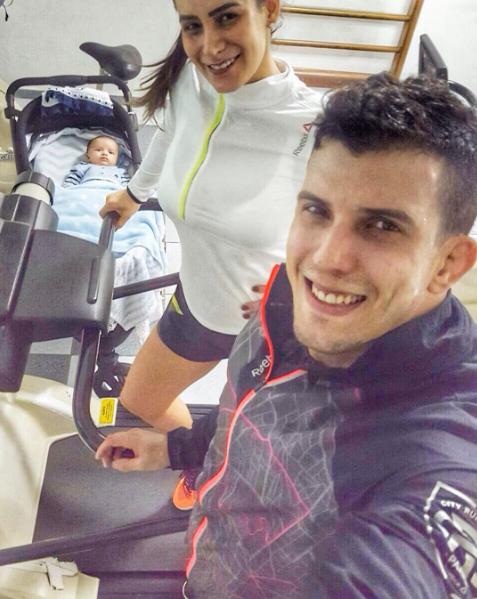 Lucilene Caetano e Felipe Sertanejo malhando com Theo ao lado (Foto: Reprodução / Instagram)