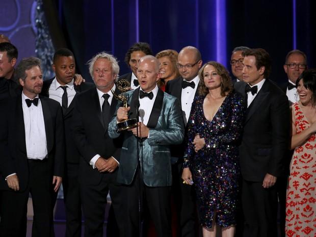 """Ryan Murphy, criador de """"American crime story"""", recebe prêmio como melhor série limitada ou filme para a TV (Foto: Mike Blake/Reuters)"""