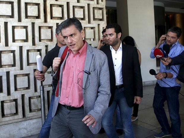 Ministro grego das Finanças Tsakalotos sai de hotel depois de uma noite de negociações com credores em Atenas (Foto: Reuters)