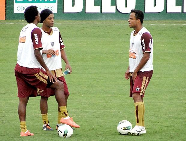 Ronaldinho Gaúcho, Jô e Mancini no treino do Atlético-MG (Foto: Leonardo Simonini / Globoesporte.com)