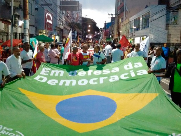 Manifestantes participam de caminhada em favor do governo Dilma no centro de Salvador, Bahia (Foto: Maiana Belo/ G1)