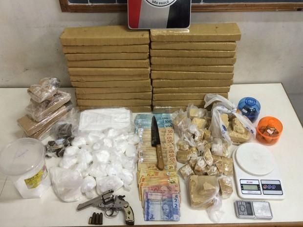 Polícia apreendeu mais de 25 quilos de drogas (Foto: Divulgação/Polícia Militar)